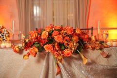 Blumen auf Tabelle an der Hochzeit Stockfotografie