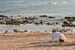 Blumen auf Tabelle an der Ozean-Seite Lizenzfreie Stockfotografie