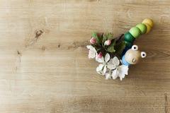 Blumen auf Tabelle mit Spielzeug Lizenzfreies Stockbild