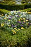 Blumen-Betten - landschaftlich verschönerter Garten Stockfotos
