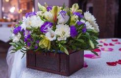 Blumen, Blumensträuße von Blumen auf dem Tisch Stockbild