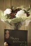Blumen-Blumenstrauß-Anordnung der Tag März-Frau bunte frühlingshafte im Vase - Gruß-Karte Lizenzfreie Stockfotos