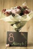 Blumen-Blumenstrauß-Anordnung der Tag März-Frau bunte frühlingshafte im Vase - Gruß-Karte Lizenzfreies Stockbild