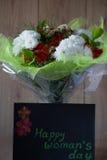 Blumen-Blumenstrauß-Anordnung der Tag März-Frau bunte frühlingshafte im Vase - Gruß-Karte Lizenzfreie Stockfotografie
