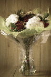 Blumen-Blumenstrauß-Anordnung der Tag März-Frau bunte frühlingshafte im Vase - Gruß-Karte Stockbilder