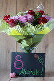 Blumen-Blumenstrauß-Anordnung der Tag März-Frau bunte frühlingshafte im Vase - Gruß-Karte Lizenzfreie Stockbilder