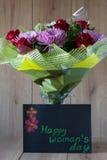 Blumen-Blumenstrauß-Anordnung der Tag März-Frau bunte frühlingshafte im Vase - Gruß-Karte Stockfotografie