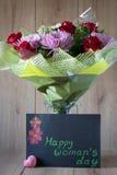 Blumen-Blumenstrauß-Anordnung der Tag März-Frau bunte frühlingshafte im Vase - Gruß-Karte Lizenzfreies Stockfoto