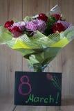 Blumen-Blumenstrauß-Anordnung der Tag März-Frau bunte frühlingshafte im Vase - Gruß-Karte Stockfotos