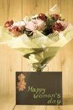 Blumen-Blumenstrauß-Anordnung der Tag März-Frau bunte frühlingshafte im Vase - Gruß-Karte Stockfoto