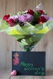 Blumen-Blumenstrauß-Anordnung der Tag März-Frau bunte frühlingshafte im Vase - Gruß-Karte Stockbild