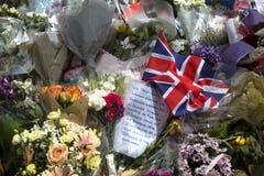 Blumen in den Gedächtnissen zu einem Terroranschlag in London Stockfotos