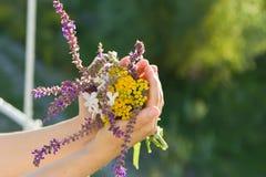Blumen in den Händen Lizenzfreies Stockfoto