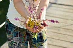 Blumen in den Händen Stockfotografie