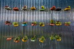 Blumen in den Töpfen werden auf der Wand als Dekor gesehen Lizenzfreie Stockfotografie