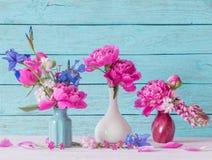 Blumen in den Vasen Lizenzfreie Stockbilder