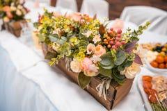 Blumen in der Holzkiste lizenzfreie stockbilder