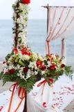 Blumen an der Strandhochzeit Stockbilder