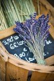 Blumen des Lavendels im Weidenkorb Stockfotografie