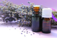 Blumen des wesentlichen Schmieröls und des Lavendels aromatherapy lizenzfreies stockbild