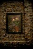 Blumen, die auf eine Backsteinmauer zeichnen stockfotos