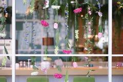 Blumen, die Dekoration hängen Der künstliche bunte Blumenfall lizenzfreies stockfoto