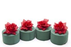 Blumen, die Schaumgummi mit Rosen setzen Lizenzfreie Stockfotos