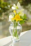 Blumen durch ein Fenster stockbilder