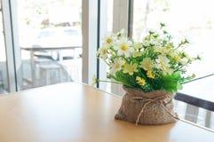 Blumen in einem Café stockbild