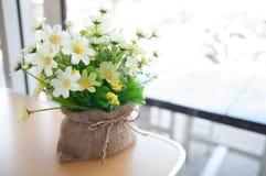 Blumen in einem Café stockfoto