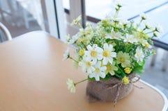 Blumen in einem Café stockfotos