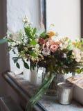 Blumen in einem Eimer Stockfotos