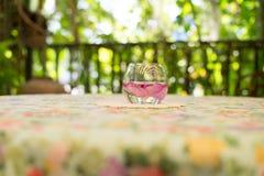 Blumen in einem Glas auf dem Tisch Stockfotografie