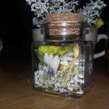 Blumen in einem Glas u. in einem x28; 1& x29; Stockfoto