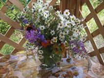 Blumen in einem Vase lizenzfreie stockbilder