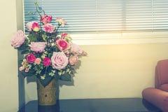 Blumen in einem Vase Abbildung der roten Lilie Stockfotografie