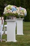 Blumen in einem Vase für die Hochzeitszeremonie im Freien Stockfotos