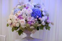 Blumen in einem Vase für die Hochzeitszeremonie Schöne Dekoration Lizenzfreie Stockfotos