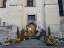Blumen am Eingang zur Kirche stockbild