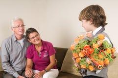 Blumen für Großmutter und Opa stockfotos