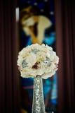 Blumen für Hochzeitstafel stockfotos