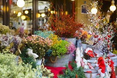 Blumen für Verkauf außerhalb eines Blumenladens Stockbilder