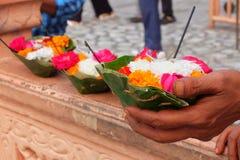 Blumen für Zeremonie Ganga Aarti in Ashram Parmarth Niketan bei Sonnenuntergang Rishikesh, Indien lizenzfreies stockbild