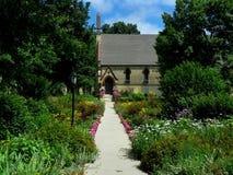 Blumen-Garten-Bahn, die zu eine Kirche führt Lizenzfreies Stockfoto