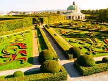 Blumen-Garten mit barockem Rundbau in Kromeriz stockfotografie