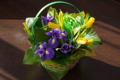 Blumen Gelber Tulpen- und Irisblumenstrauß Lizenzfreie Stockfotos