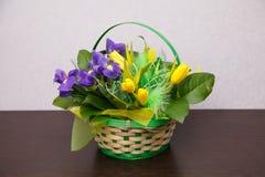 Blumen Gelber Tulpen- und Irisblumenstrauß Lizenzfreies Stockbild
