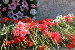 Blumen gesetzt an einem Monument für Siegtag des Weltkriegs stockfotos