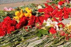 Blumen gesetzt an einem Monument für Siegtag des Weltkriegs stockfoto