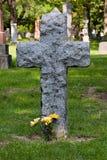 Blumen am gravesite Stockfotos